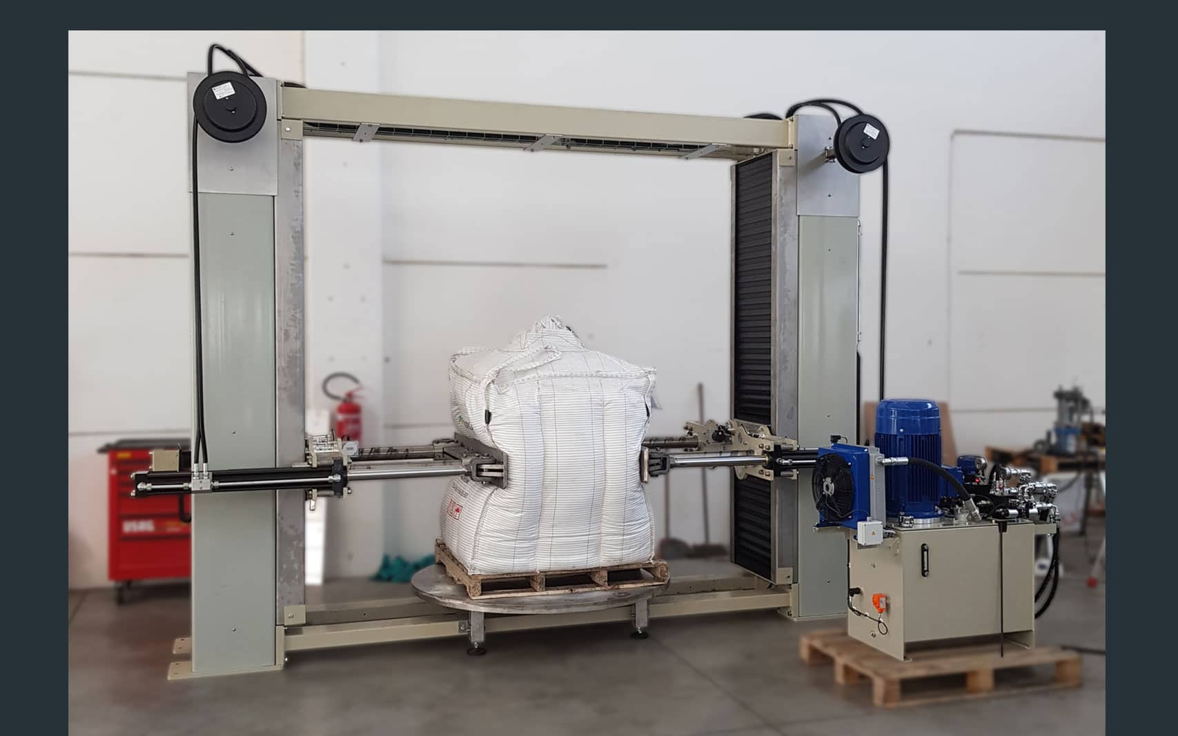 Bulk bag conditioner with turntable